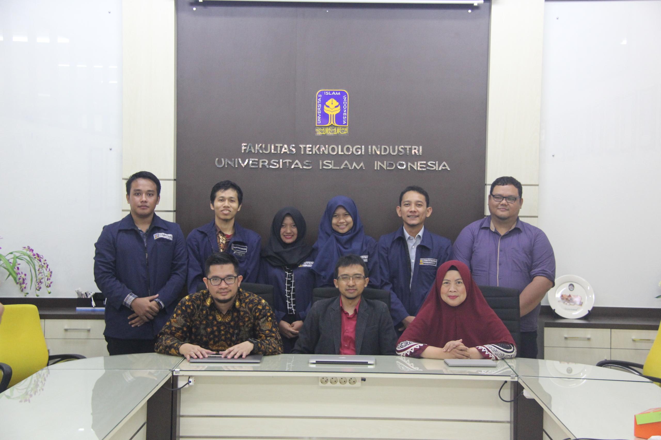 Mahasiswa penerima hibah penelitian tesis bersama para dosen pembimbing